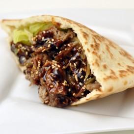 【和風ピタパン】 牛肉と野菜をピタパンで包み、幸吉味噌で味付け。 1個 500円(税込)